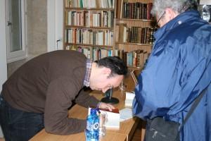 Alexandre asinando unha adicatoria