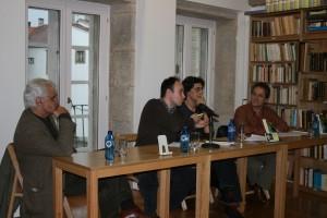 Os autores do libro no centro Victor Freixanes a izquerda e Manuel Dominguez a dereita